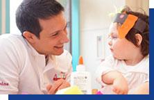写真:赤ちゃんに微笑みかける男性